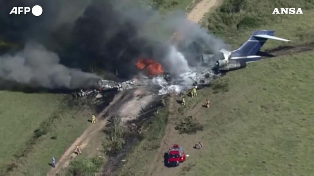 Texas , aereo cade con a bordo 21 persone, salvi i passeggeri nel charter completamente distrutto e in fiamme